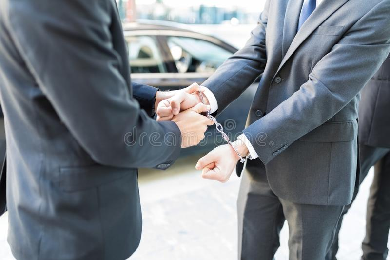 Policier dans le costume arrêtant le transgresseur de la loi photos stock