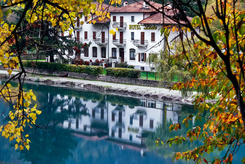 POLICIER DE RIVA DEL, TRENTO/ITALY - 24 OCTOBRE : Di de Pieve de piscine découverte d'hôtel images libres de droits
