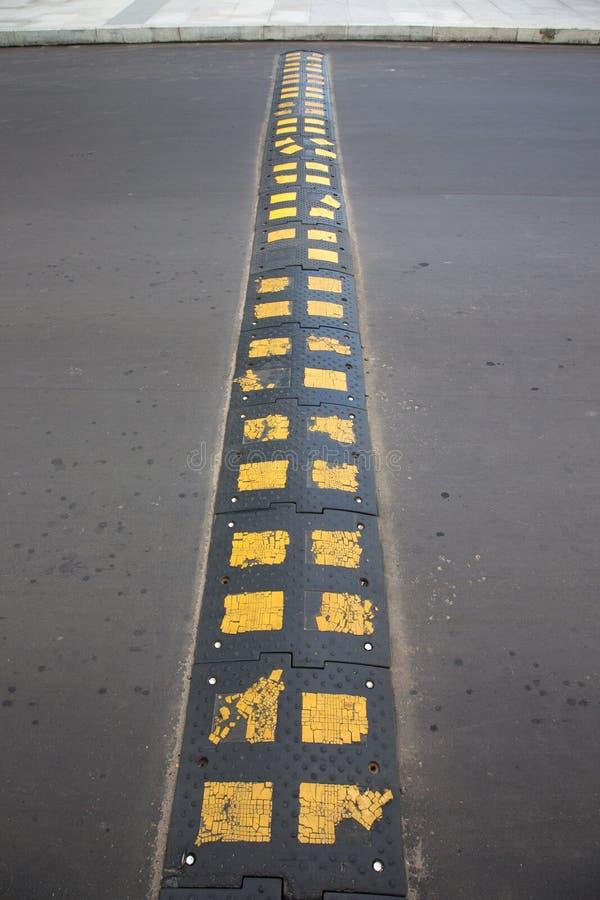 Policier de sommeil noir avec les places jaunes sur l'asphalte photographie stock