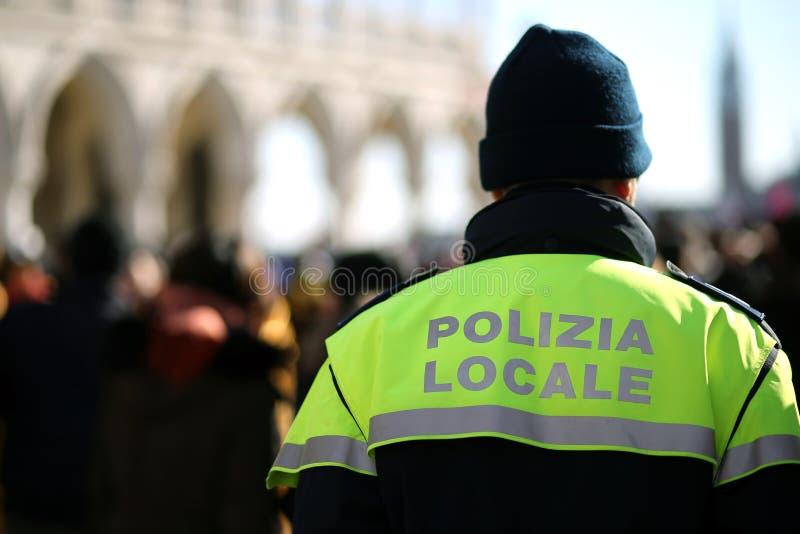 Policier italien avec la patrouille uniforme de police à Venise photo libre de droits