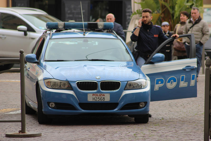 Policier italien avec une voiture de BMW dans San Remo photos libres de droits