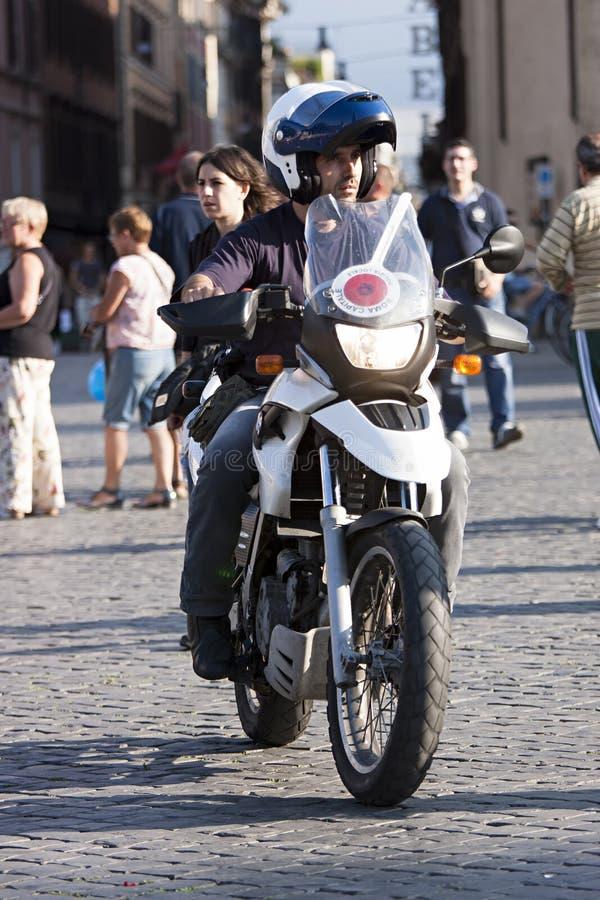 Policier italien dans la moto photo stock