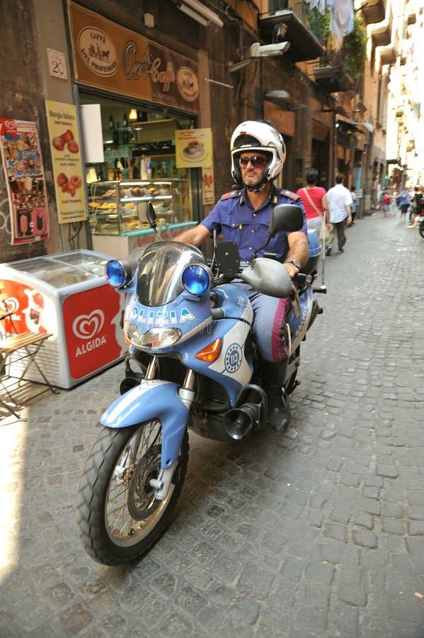 Policier italien sur une moto à Naples, Italie photo libre de droits