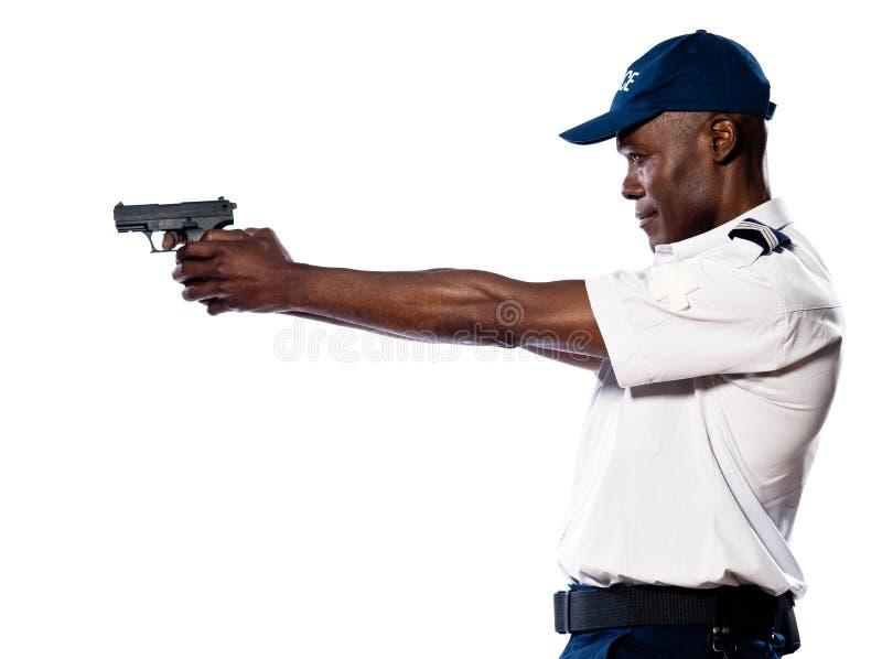 Policier mâle orientant le canon photographie stock
