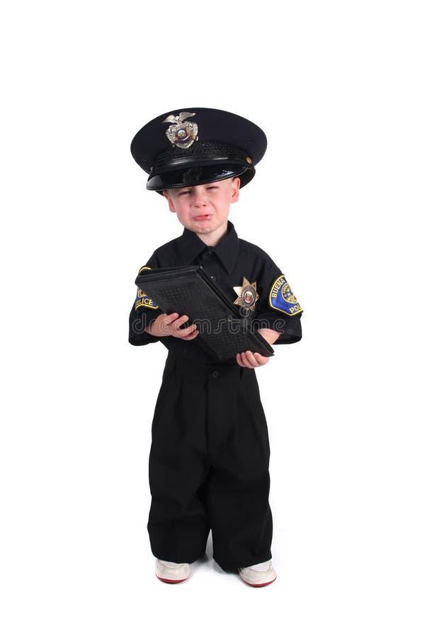 Policier malheureux retenant un livre de billet photographie stock libre de droits
