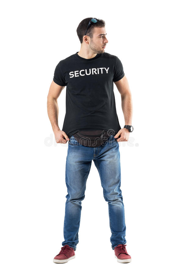 Policier secret prudent ajustant la chemise regardant loin alertée images libres de droits