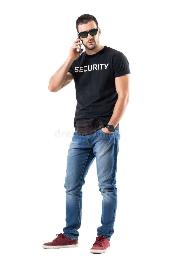 Policier secret sérieux dur parlant au téléphone regardant l'appareil-photo photos libres de droits