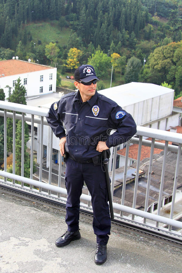 Policier sur la passerelle image stock