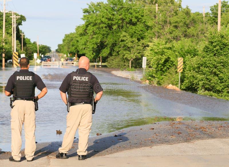 Policiers à une rue inondée photo libre de droits