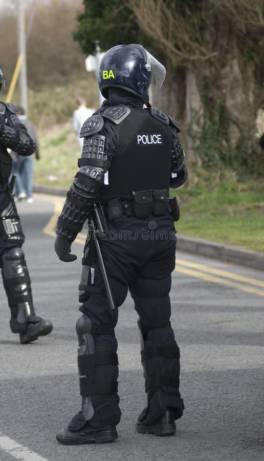 Policiers britanniques dans le tenue anti-émeute photo libre de droits
