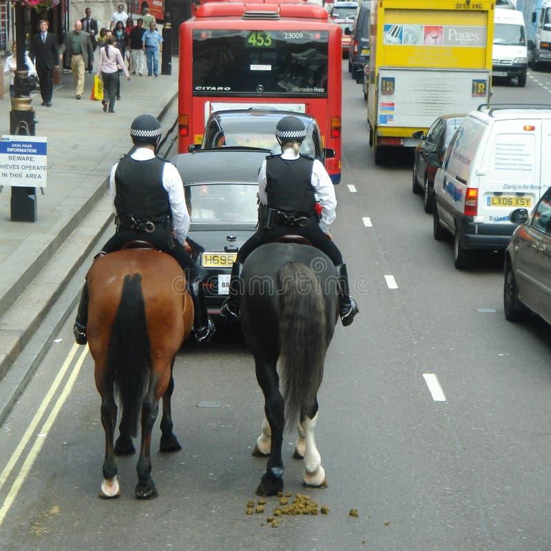Policiers dans la rue de Londres photo stock