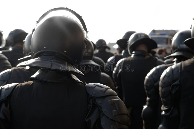 Policiers dans le tenue anti-émeute. photographie stock libre de droits