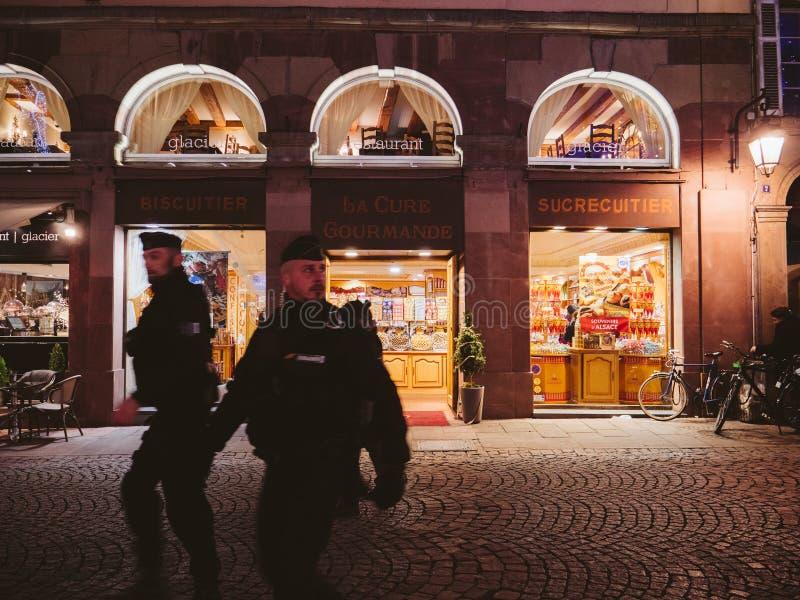 Policiers devant le magasin de bonbons de café de Coure Gourmande de La photographie stock libre de droits