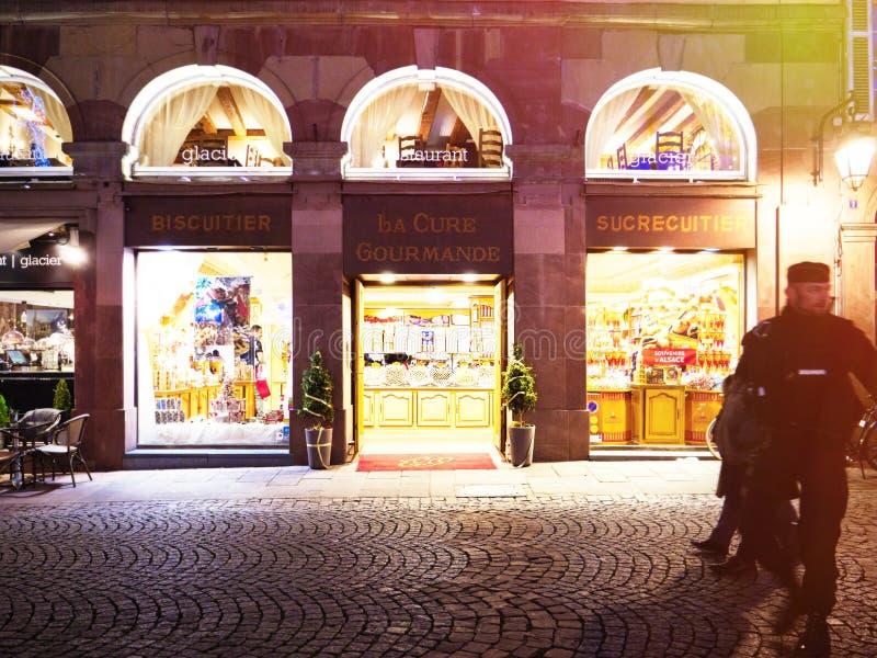 Policiers devant le magasin de bonbons de café de Coure Gourmande de La photographie stock