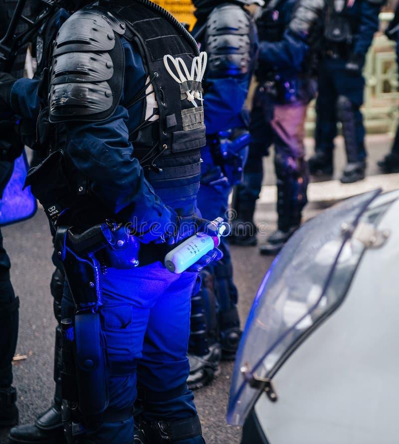 Policiers fixant la zone devant des guêpes Gil photo stock