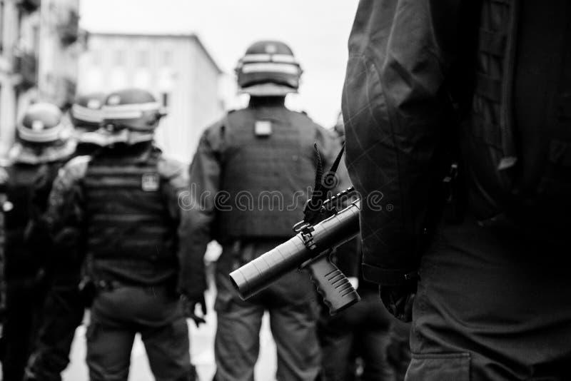 Policiers fixant la zone devant des guêpes Gil photographie stock libre de droits