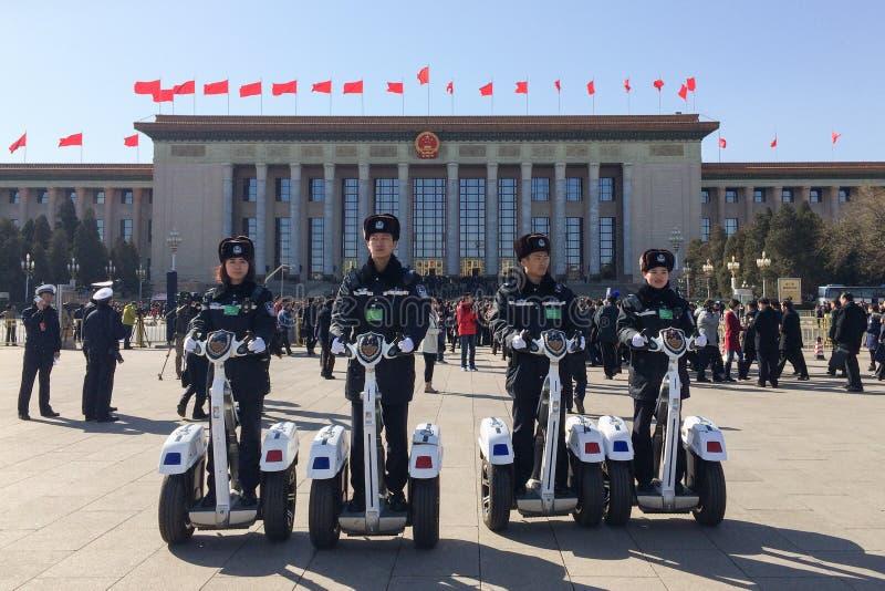 Policiers patrouillant sur la Place Tiananmen dans Pékin, Chine photo stock