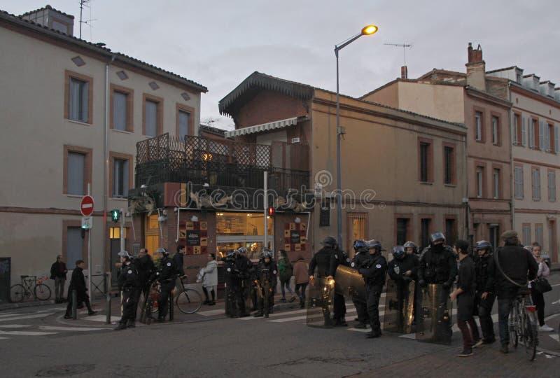 Policja do ochrony porządku publicznego blokująca droga dla koloru żółtego Przekazuje demonstrację zdjęcia stock