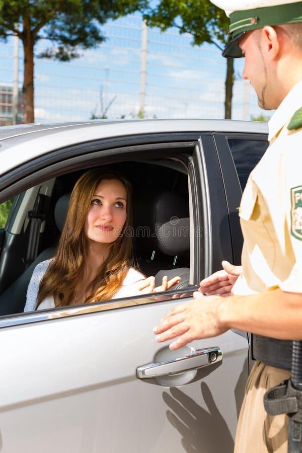 Download Policja - Kobieta W Biletowy Dostaje Ruch Drogowy Naruszeniu Obraz Stock - Obraz: 27039605