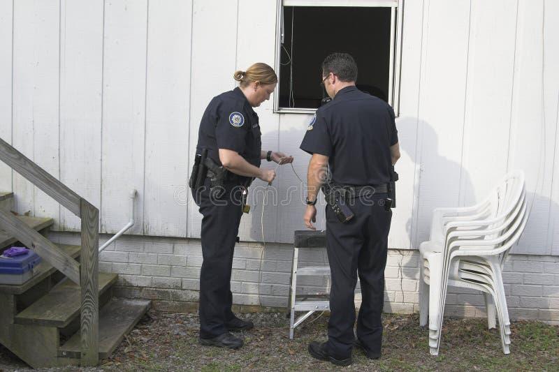policja rozpatrująca włamanie obrazy royalty free