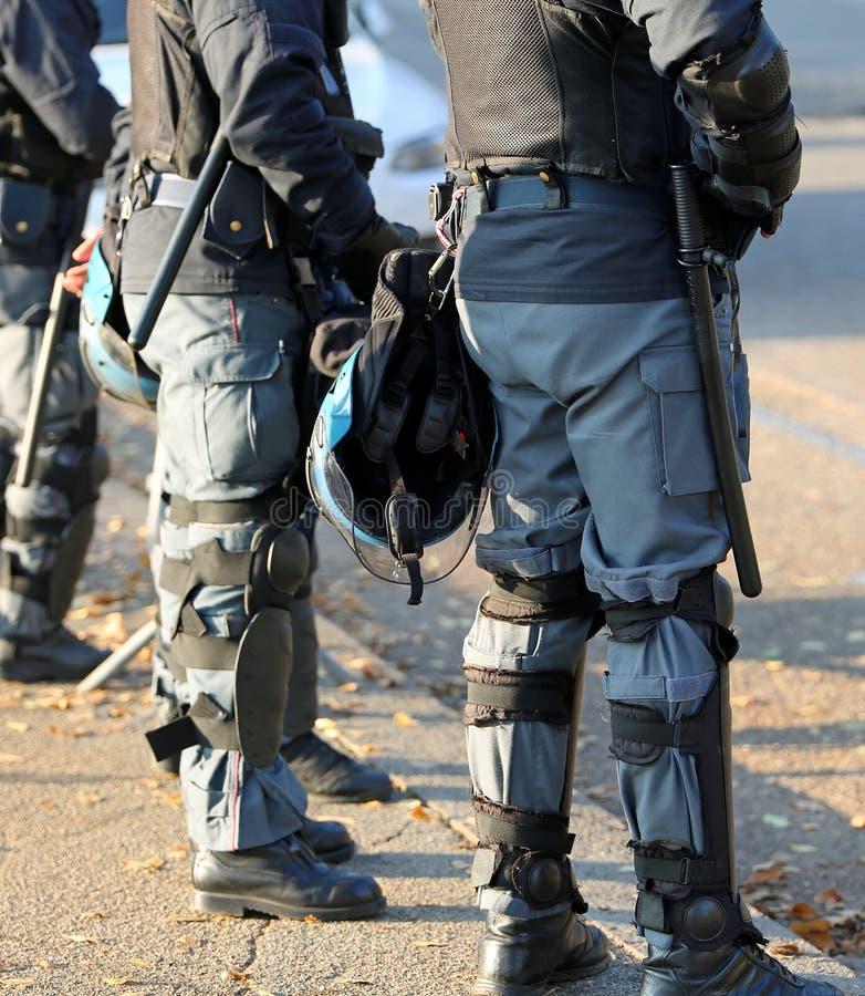 Policja w umundurowaniu bojowym z ochronnym hełmem podczas miastowego revo zdjęcia royalty free
