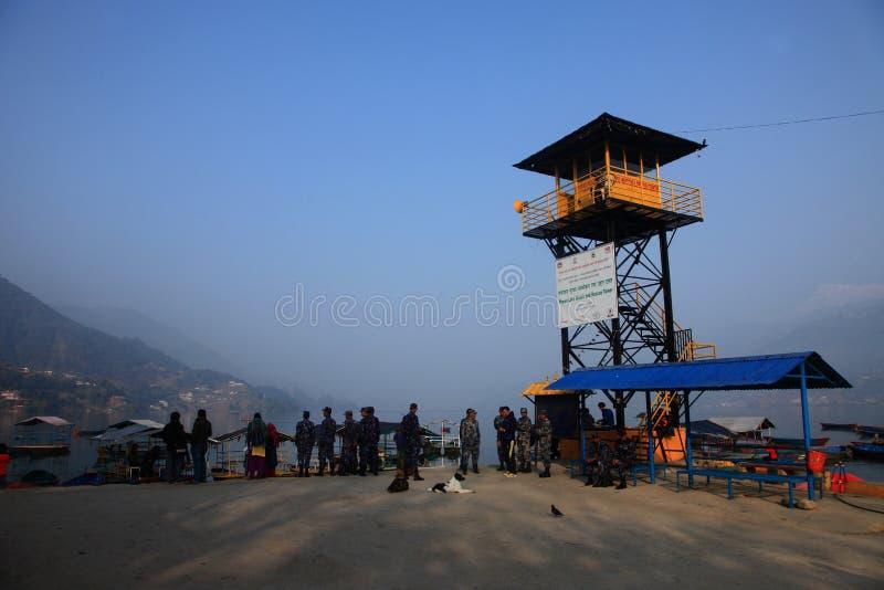 Policjanci monitorują ochron sytuacje w Fewa jeziorze na Luty 06, 2014 w Pokhara, Nepal zdjęcie stock