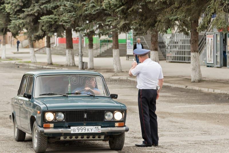 Policjant pokazuje kierowca kierunek w obwodnicie jest zamykającym f fotografia stock