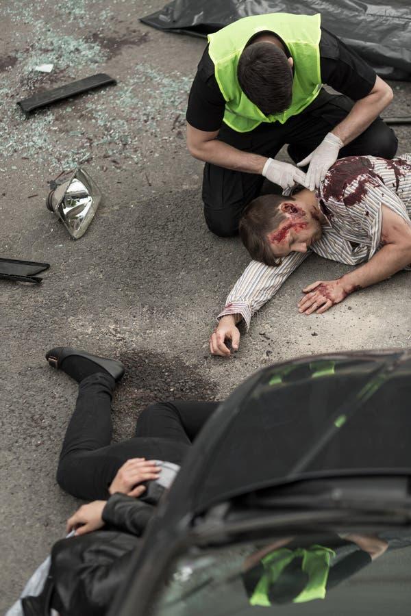 Policjant pomaga ofiary zdjęcia royalty free