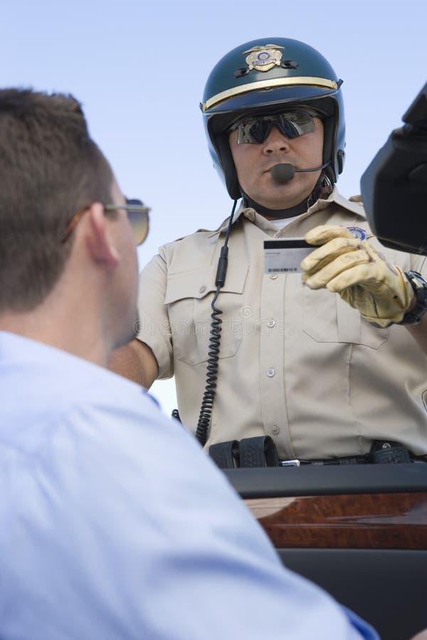 Policjant Sprawdza licencja obraz royalty free