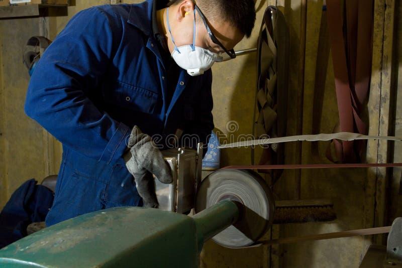 Poliermetall in der Werkstatt lizenzfreie stockfotos