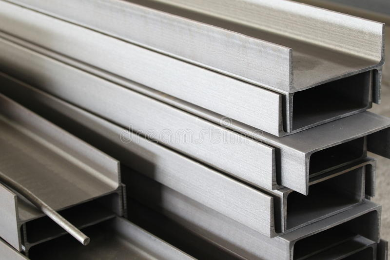 Poliermetallprofilkanal stockbilder