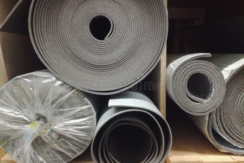 Polietylen izolacji odosobnienia piana z aluminiową folią w rolkach w sklepie obrazy royalty free