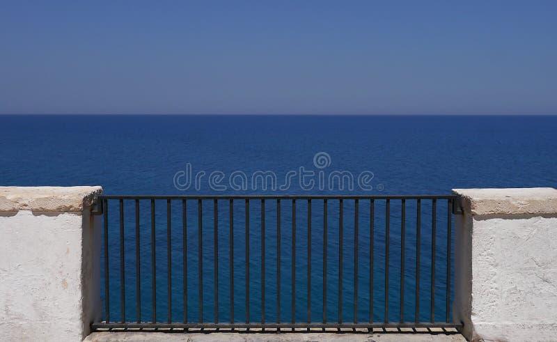 Polignano,一个阳台向海,普利亚,意大利 免版税图库摄影