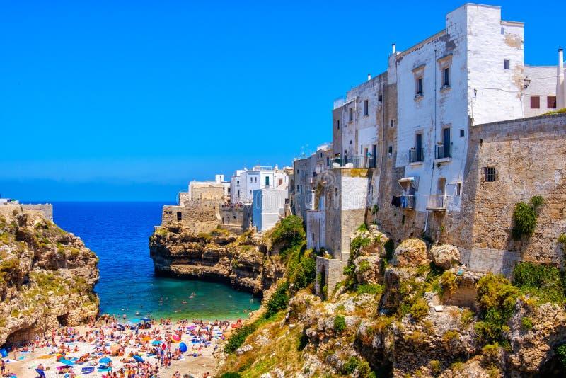 Polignano конематка - Бари - Apulia - южная лагуна деревни моря Италии стоковые изображения rf