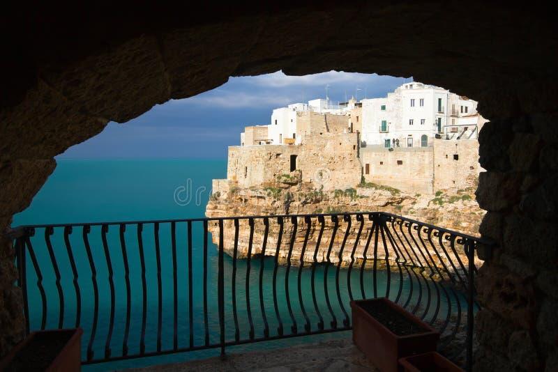 Polignano конематка: взгляд от балкона стоковая фотография rf