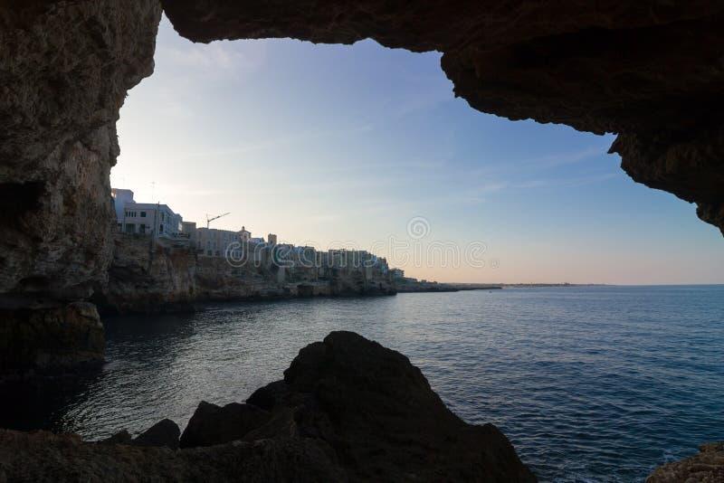 Polignano конематка: вид на море побережья изнутри пещеры стоковое фото rf