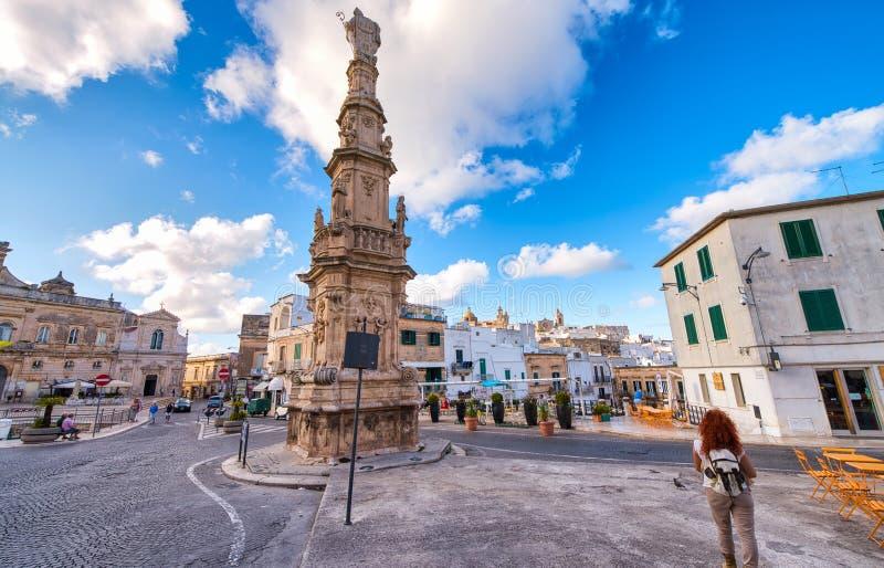 POLIGNANO EEN MERRIE, ITALIË - SEPTEMBER 16, 2014: De toeristen bezoeken de stad op een mooie de zomerdag r stock foto's