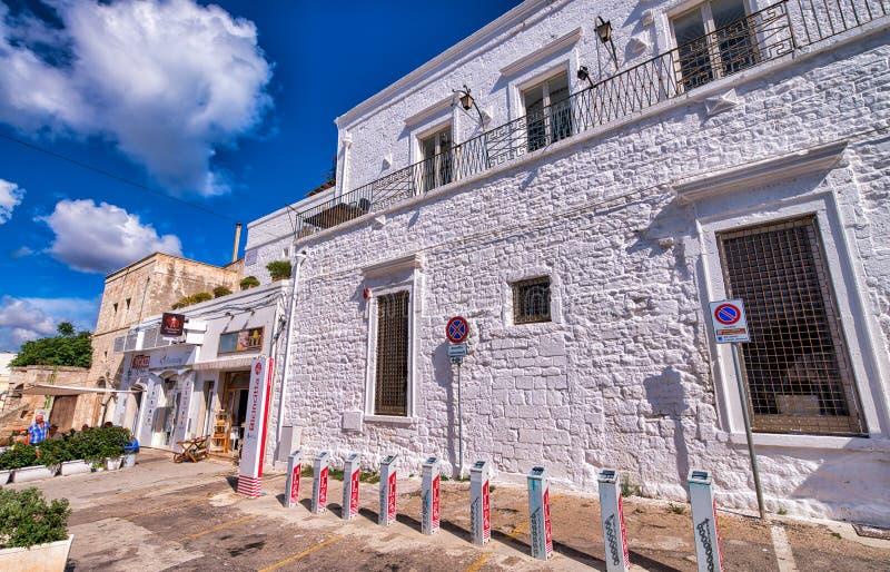POLIGNANO EEN MERRIE, ITALIË - SEPTEMBER 16, 2014: Oude stadsgebouwen op een mooie de zomerdag r stock foto