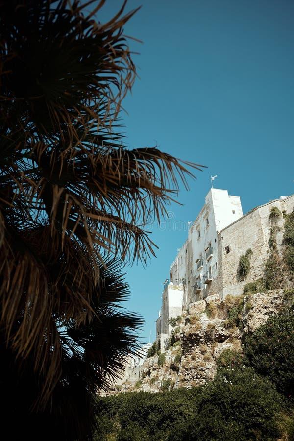 Polignano a Mare, ciudad en Italia a orillas del mar imagenes de archivo