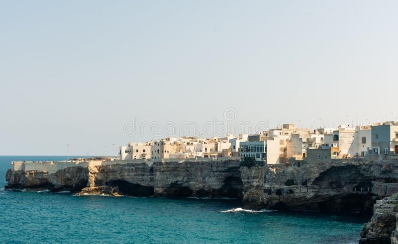 Polignano una costa de yegua en Bari, Italia durante el verano con agua azul turquesa en el mar fotos de archivo