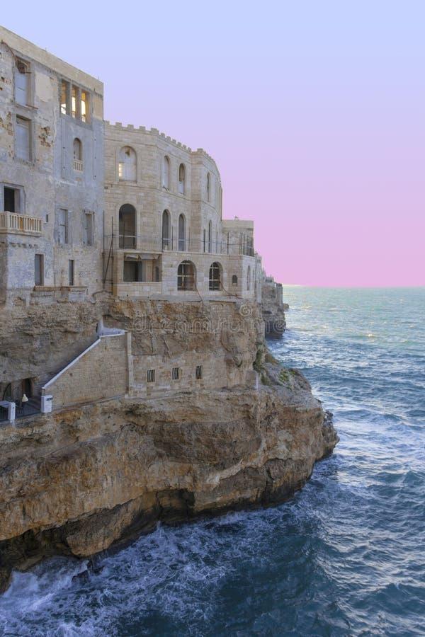 Polignano una yegua: ventanas en las rocas imagen de archivo libre de regalías