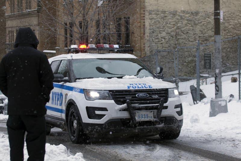 Polilce-Fahrzeug patrouilliert Gemeinschaft während des Schneesturms im Bronx lizenzfreies stockfoto