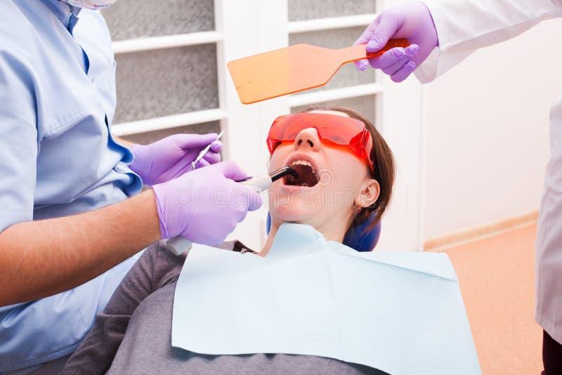 A polimerização dental foto de stock royalty free
