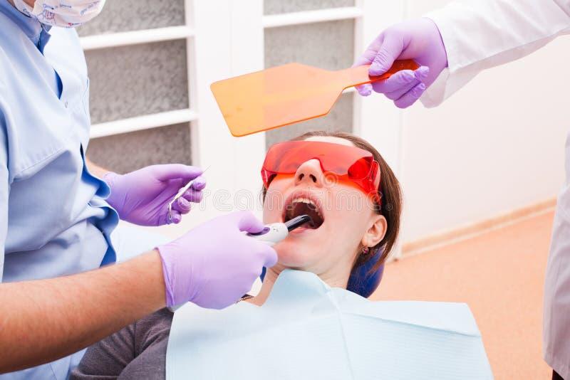 A polimerização dental imagem de stock