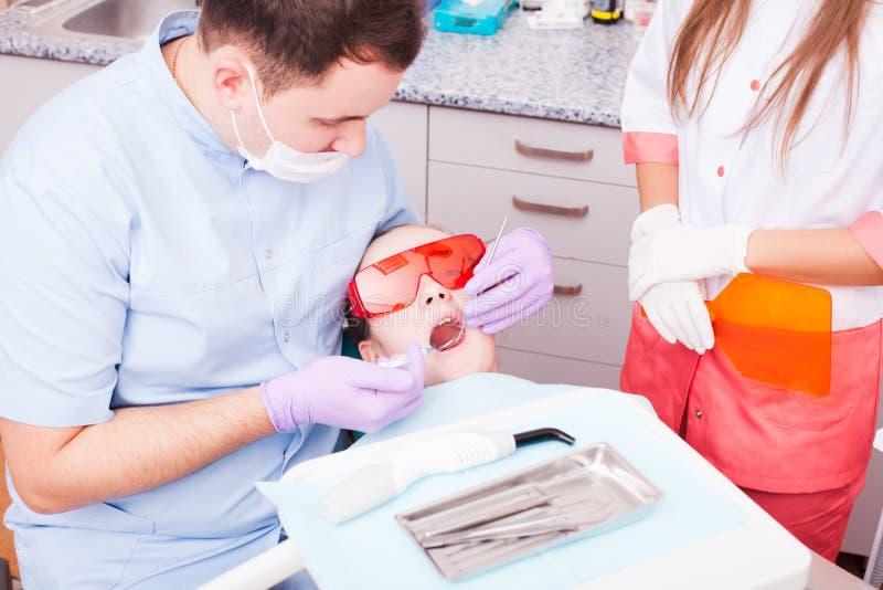 A polimerização dental fotos de stock royalty free