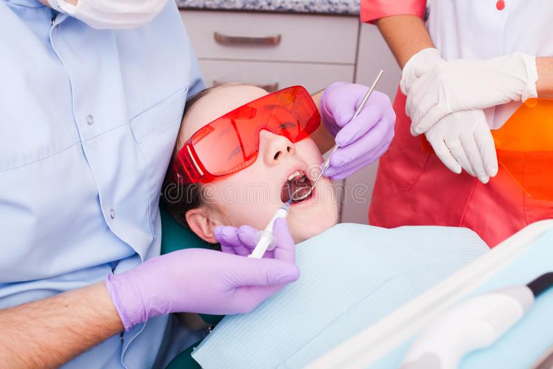 A polimerização dental imagens de stock royalty free