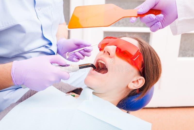 A polimerização dental fotos de stock