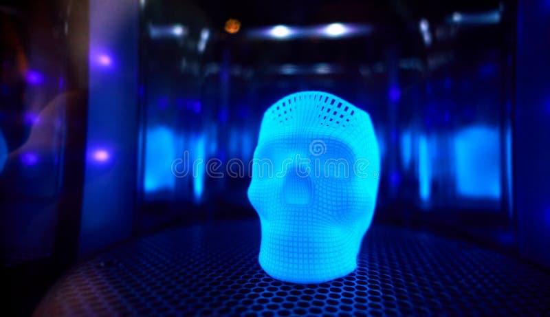 A polimerização ultravioleta de 3D imprimiu o crânio de incandescência foto de stock