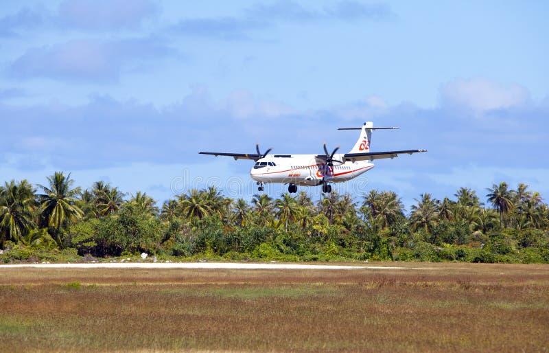 POLINESIA- 16 JUNI: schroefvliegtuig - ATR 72 Air Tahiti de bedrijven maakt het landen op het kleine tropische eiland Tikehau op  stock afbeelding