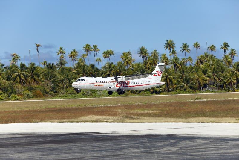 POLINESIA-, JUNI 16: skruvnivå - företag för ATR 72 Air Tahiti gör landning på den lilla tropiska ön Tikehau på juni 16, 2011 royaltyfria bilder